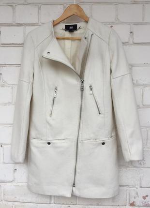 Пальто куртка косуха белого цвета от h&m, размер s.