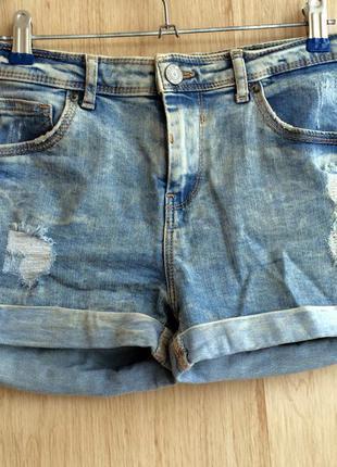 Короткие шорты с потертостями bershka