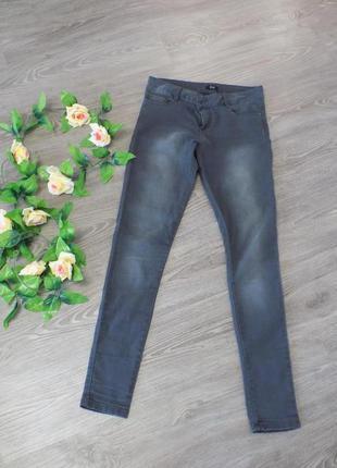 Красивые серые джинсы