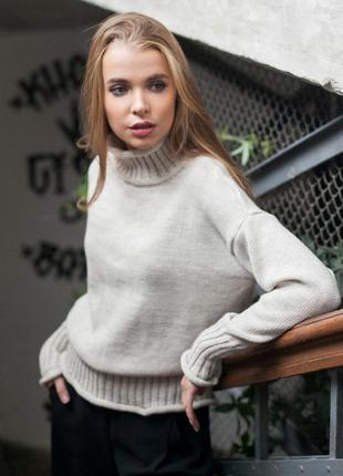 Стильный свитер со спущенным плечевым швом