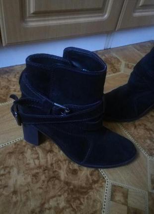 Стильные осенние ботинки zara. натуральная замша.