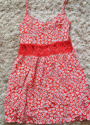 Платье с кружевной вставкой на животе
