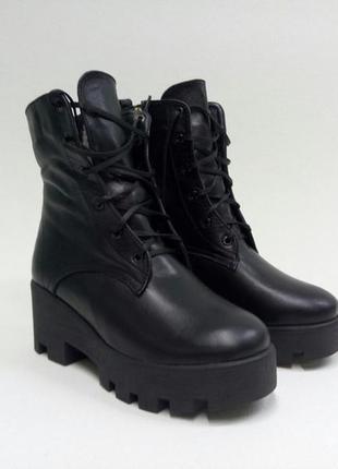 Черные кожаные зимние ботинки на тракторной платформе на шнуровке