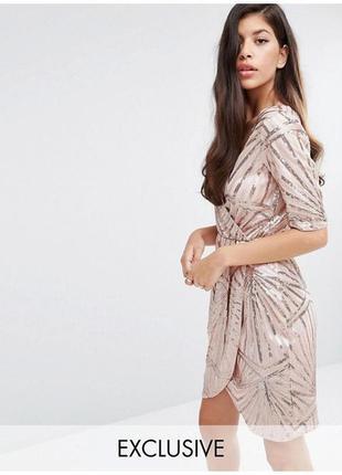 Украшенное пайетками платье-кимоно с запахом club l