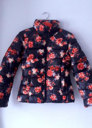 Зимняя демисезонная короткая куртка черная в цветочек размер xs terranova