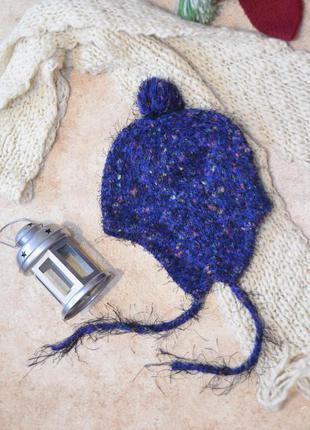 Синяя вязаная шапка с завязками