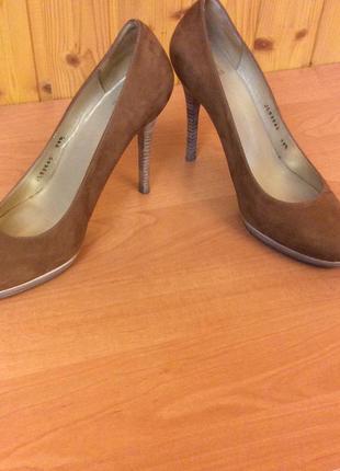 Туфли женские светло-коричневого цвета замшевые известного бренда stuart weizman
