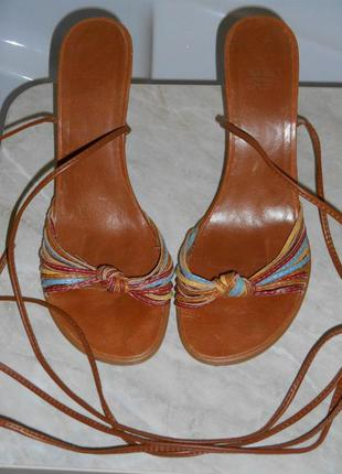 Босоножки на шнуровке и высоком каблуке 40 р.