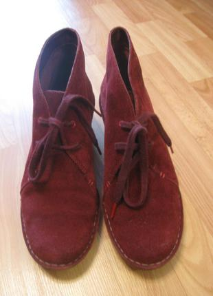 Крутые замшевые ботинки (ботильоны, полусапожки) clarks бордового (винного, марсала) цвета