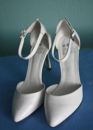 Элегантные белые туфельки (можно свадебные)