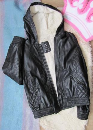 Качественая кожанка \ кожаная куртка с утеплителем внутри и капюшоном на весну