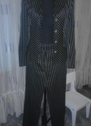 Классический брючный костюм с однобортный жакетом в полоску.