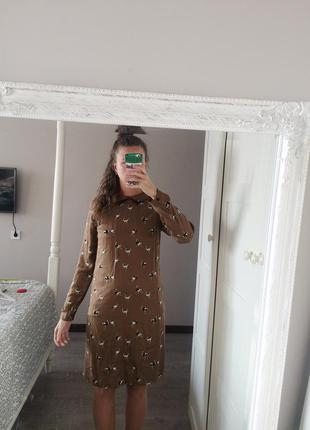 Гарна сукня з страусами