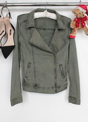 Стильная джинсовая куртка косуха на запах с заклепками на воротнике и длинным рукавом