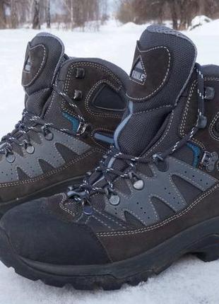 Гарненькі черевики бренду mckinley