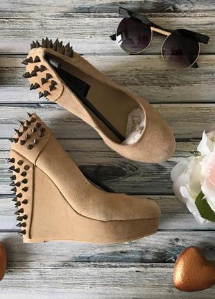 Шикарные замшевые туфли на высокой танкетке с декоративными шипами     sh0711    deena&ozzy