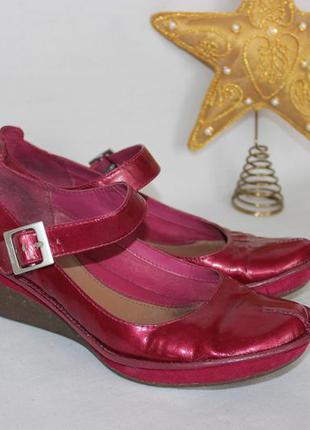 38,5 25см clarks натуральные лакированные туфли на танкетке