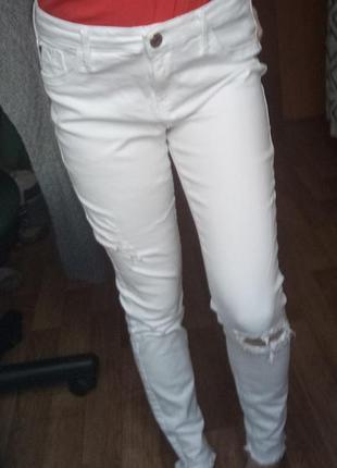 Белые джинсы брюки с заводскими потертостями и дырками