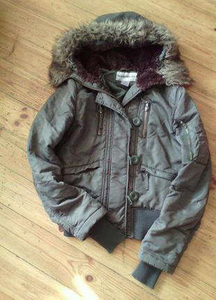 Курточка короткая с меховым капюшоном.