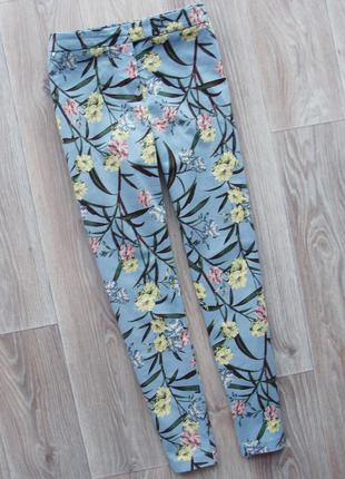 Стильные фактурные нежно-голубые брюки в цветочный принт штаны джинсы river island