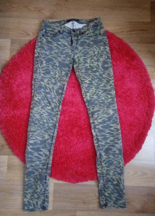 Женские джинсы скинни с военным принтом