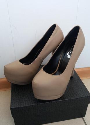 Шикарные туфли лабутены кремовые