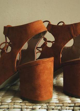 Сказочные босоножки на блочном каблуке и со шнуровкой