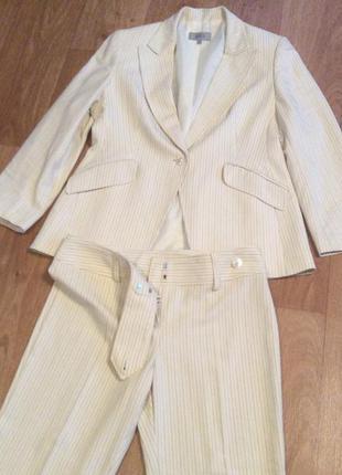 Белый в полосочку брючный костюм
