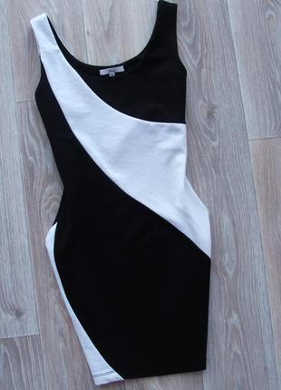 Эффектное черно-белое бандажное платье футляр по фигуре etam