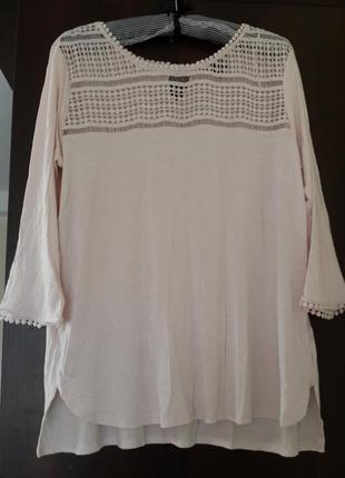 Пудровая блуза с ажурной вставкой на груди