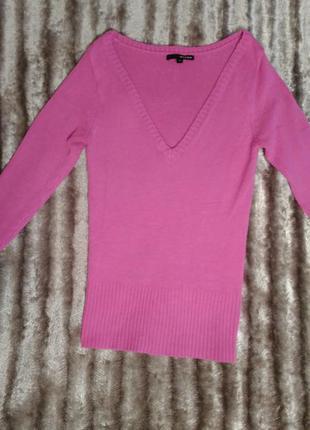 Яркий свитер с красивым декольте