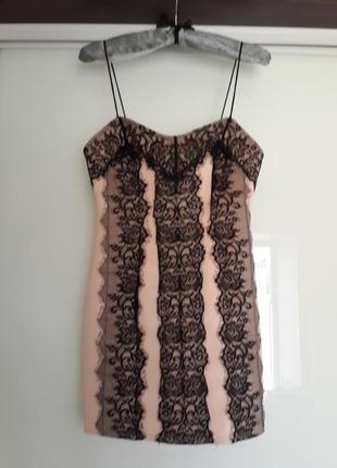 Нежно розовое платье на тонких бретельках с кружевом