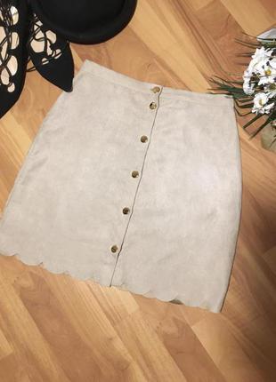 Трендовая замшевая юбка пудрового цвета на пуговицах