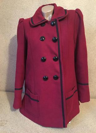 Красное пальто  с красивыми пуговицами