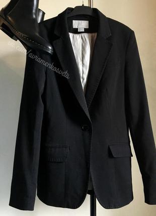 Стильный пиджак h&m черного цвета с минималистичным кроем