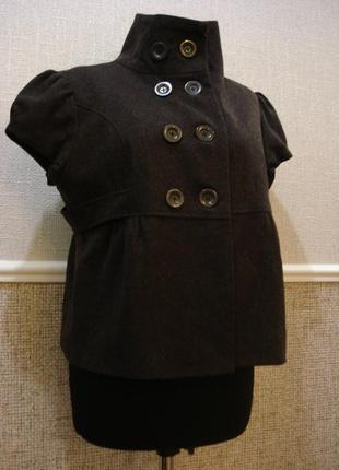 Короткий шерстяной пиджак с баской