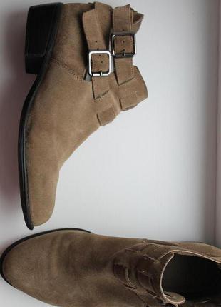 Трендовые замшевые сапоги ботинки полусапожки с ремешками на каблуке и заклепками