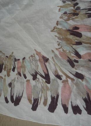 Нежный шарф платок с перьями