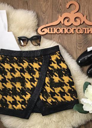 Смелая мини юбка на запах из комбинации фактурной ткани и текстурированной кожи    ki0827