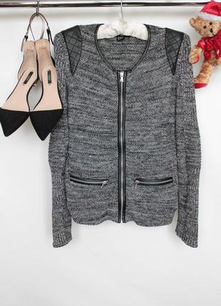 Трендовая вязаная меланжевая фактурная кофта свитер джемпер на замке с кожаными вставками на плечах
