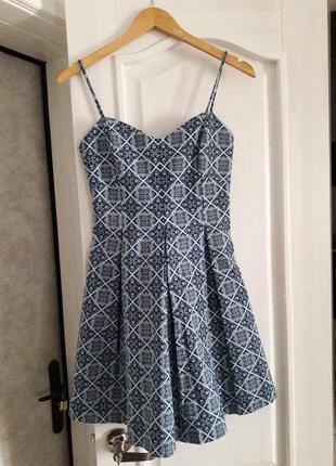 Новое платье с необычным принтом