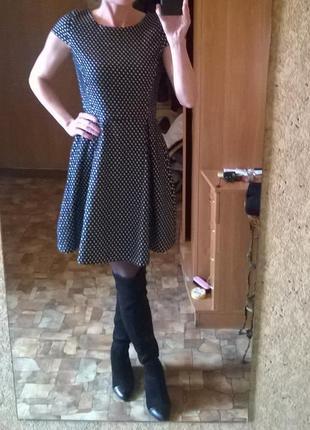 Стильное молодежное платье в сердечки.