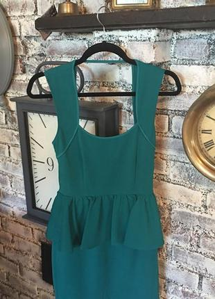 Фактурное зеленое платье карандаш с баской и красивым глубоким  вырезом на спине