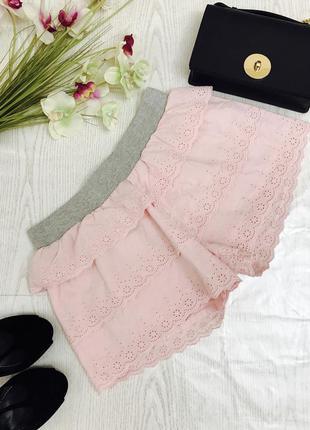 Летние шортики с перфорацией кружева ,нежно розового цвета.