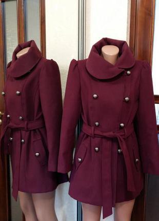 Пальто актуального цвета марсал