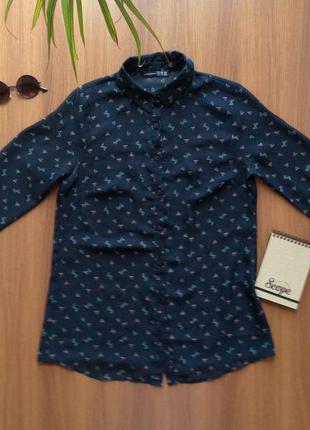 Лёгкая блуза темно-синего цвета с интересным принтом