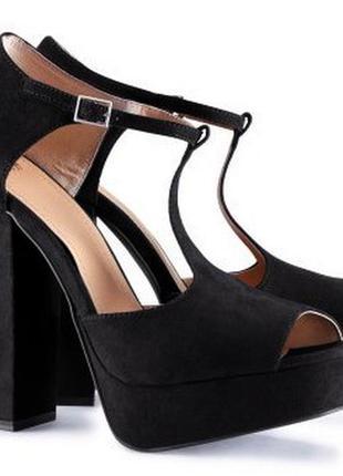 Шикарные замшевые  босоножки на высоком каблуке.