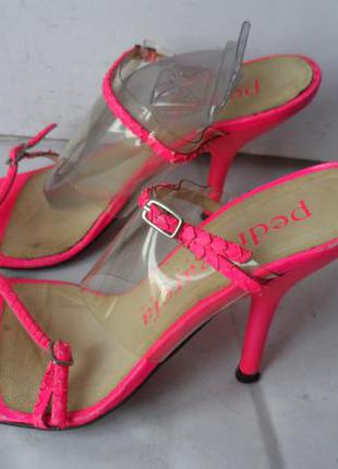 Яркие и красивые кожаные шлёпанцы от pedro garcia.размер 37 испания