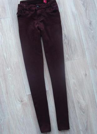 Трендовые джинсы скинни цвета марсала