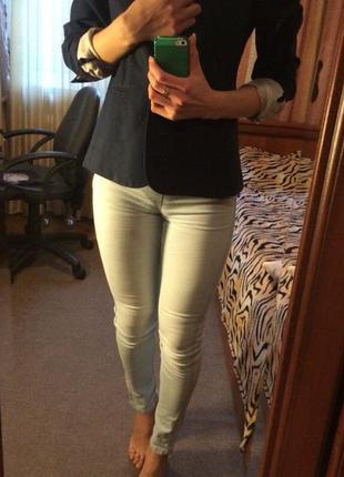 Светлые джинсы terranova